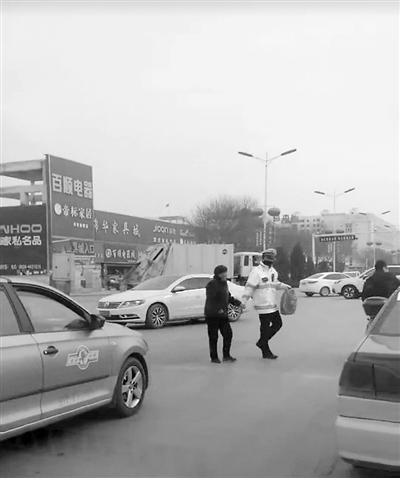 搀扶老人过马路 过往司机为庆阳环县执勤交警点赞