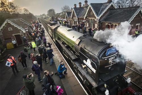 一票难求!英国铁路线上时隔50年再次运行蒸汽火车(组图)
