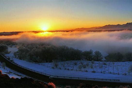 新疆喀什河现雾凇奇观雾气蒸腾美如仙境
