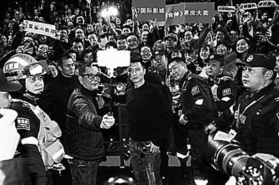 """谢霆锋""""决战""""兰州话 携《决战食神》来兰会影迷"""