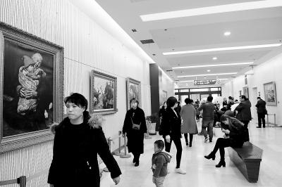 众多患者及家属在甘肃省妇幼保健院门诊大厅有序候诊(图)