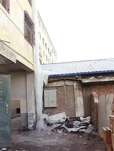 张掖甘州:热水器忘关阀门漏水 冻成20米冰柱无人管