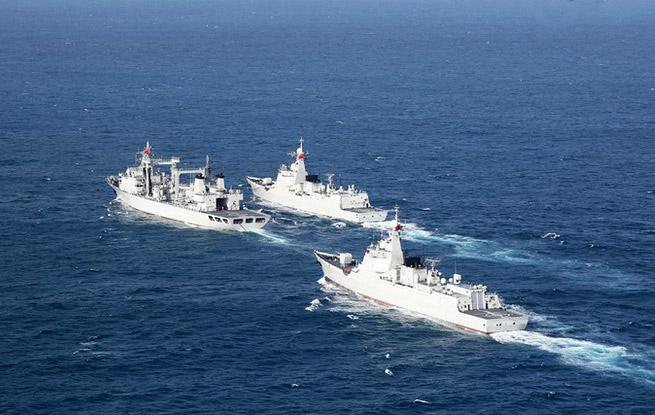 南海舰队远海训练编队在南海某海域首次综合补给