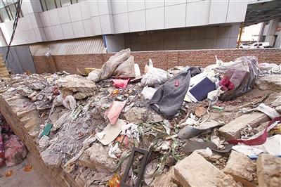 """兰州南面滩居民门口垃圾堆成""""山"""" 社区回复将协调物业"""