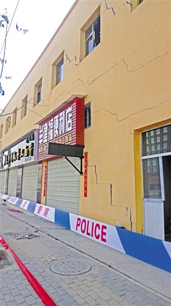 兰州:地基下沉临街商铺成危房 房东表示经营户损失将会赔偿