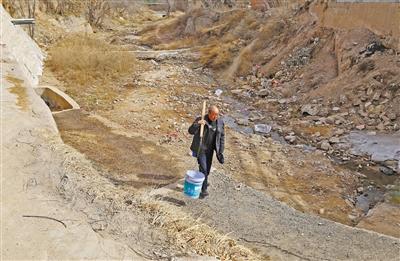 家中自来水停供8年 兰州西果园镇青岗村500村民排洪沟里挑水吃