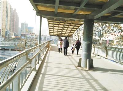 关注兰州过街天桥丨行人寥寥使用率低 部分天桥被质疑选址失当