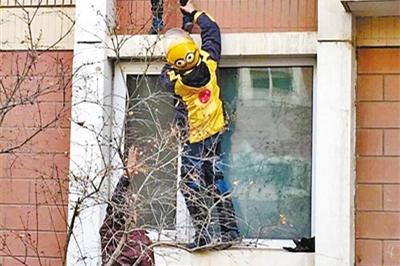顽童悬在二楼窗沿随时坠落 外卖小哥奋身托举转危为安