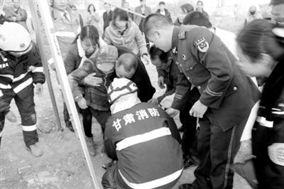 儿童坠落工地深井 定西消防10分钟救出