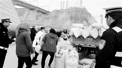 兰州龚家湾交警大队整治鸽子市 南环路300余户马路摊贩被清理