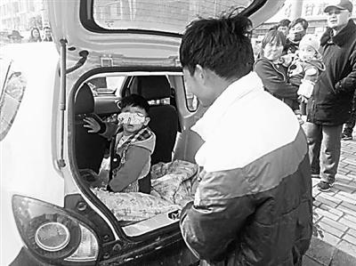 兰州:粗心爹把娃锁车里忘了时间 可怜宝被吓得大哭20多分钟(图)