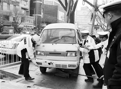 """兰州一""""僵尸车""""竟被改成""""房车"""" 民警将其拖离"""