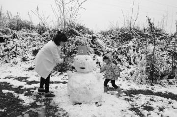 陇南徽县初降大雪 居民纷纷走出户外拍照赏雪(图)