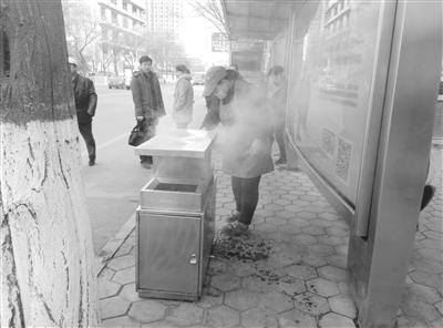 兰州:乱扔烟头引燃垃圾 早餐摊主及时扑灭
