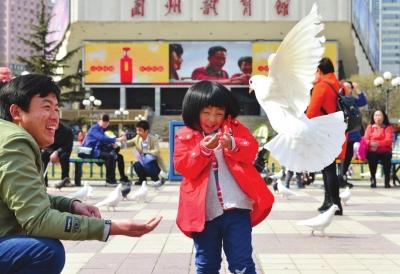 兰州:市民感受春天气息