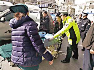 兰州:外来老小遇车祸 交警紧急护送就医