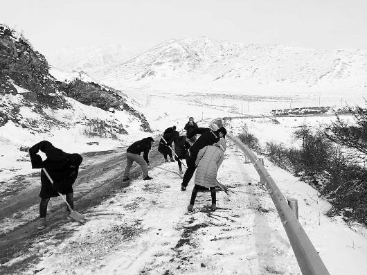 甘南玛曲开展通乡公路危险路段劝导和清雪工作