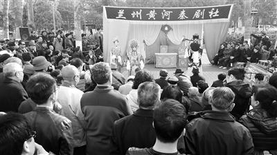 兰州市民广场上演秦腔表演 行人驻足观看(图)