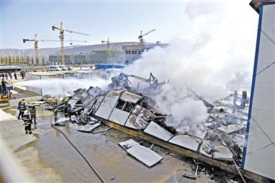 兰州榆中县一工地生活区板房失火 两层宿舍楼全部烧毁