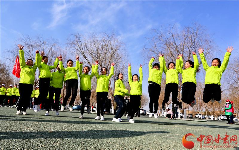 甘肃张掖千名女工徒步健身庆三·八(高清组图)
