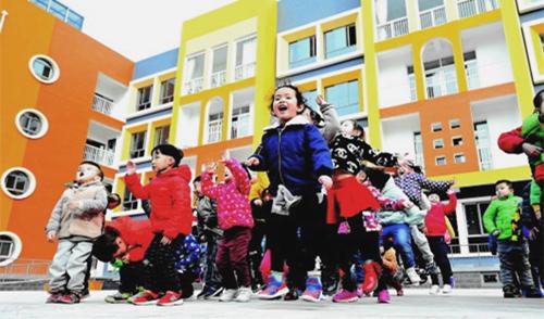 天水市幼儿园的孩子们在多功能综合教学楼前进行课间活动(图)