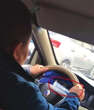兰州:司机边开出租边看视频乘客心打颤 监管部门责令车行做出严肃处理(图)