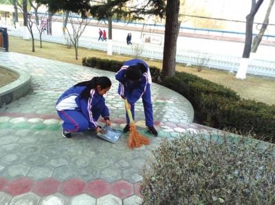 兰州八十二中学生走上街头开展义务清扫活动(图)
