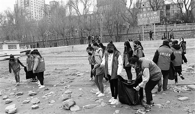 """""""全国保护母亲河日""""兰州志愿者清理黄河岸边污染物"""