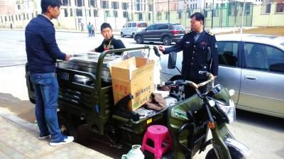 流动餐车无证经营隐患大 兰州执法人员当场查处保安全 (图)