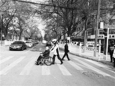 兰州西固区一民警帮助腿脚不便老人过马路 老人竖起大拇指