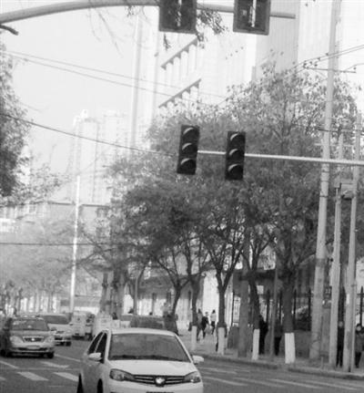 兰州天源9号小区附近一十字路口红绿灯故障 影响市民通行