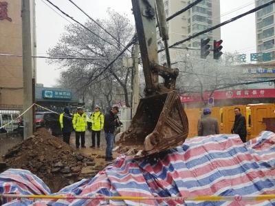 兰州市农民巷西口渭源路十字路面出现塌陷 正在加速抢修(图)