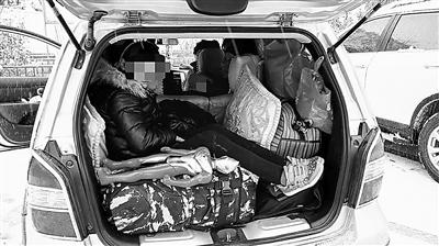 兰州:核载5人拉8人 俩小孩挤在后备厢(图)