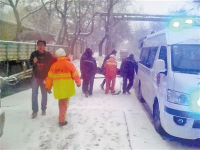 兰州西固区5名环卫工雪中救助走失老人