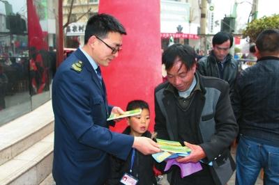 陇南礼县食药监局开展食品药品法律法规宣传活动(图)