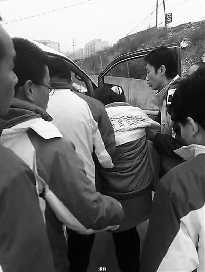兰州永登一轿车撞护栏 驾校教练喊叫6分钟唤醒昏迷司机