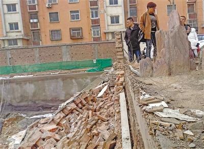 兰州西固区一小区土地还没征 施工方竟先推倒围墙