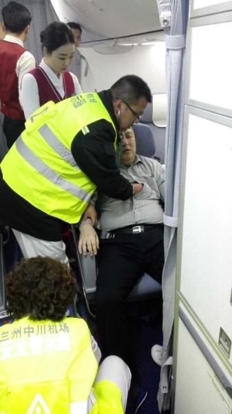 旅客突发心脏病飞机备降 兰州机场多部门配合火速送医(图)