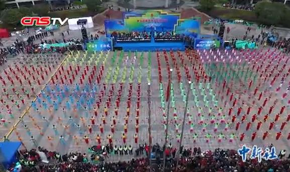 重庆600余人同跳广场舞 舞蹈融入巴渝民俗文化