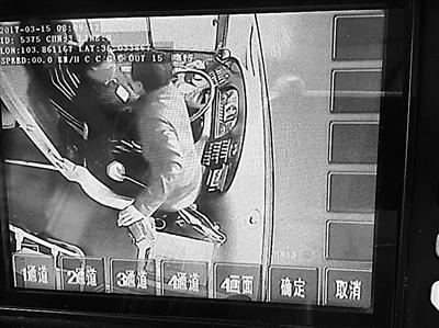 兰州女子抢夺公交方向盘还坐上操作台 惊出司机一身冷汗!