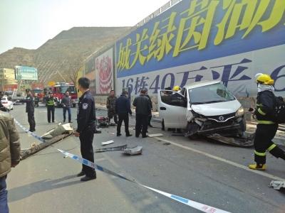 兰州市九州大道发生一起交通事故  货车失控连撞三车(图)