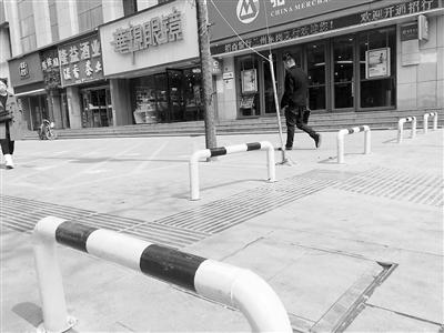 兰州市民反映:隔离护栏堵住小区入口 居民担心