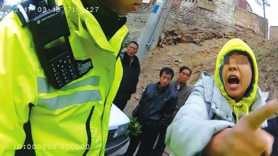 兰州:驾驶电动自行车载人逆行被查后 男子谩骂民警被处拘留10天