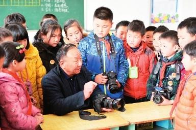 陇南市摄影家协会名誉主席刘浪到徽县实验小学开展摄影课程辅导