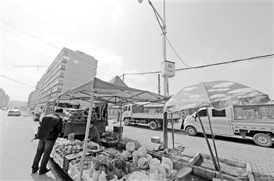 """兰州榆中九中附近摊贩长期占道经营 公共停车场变成了""""菜市场"""""""
