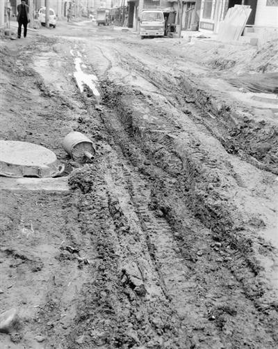 兰州七里河牟家坪马路破烂泥泞市民叫苦