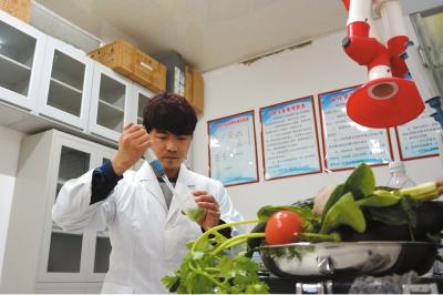 定西渭源县农药残留检测中心对农产品农药残留不定期进行抽样检查(图)