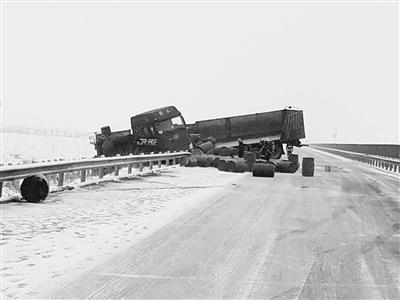 载32吨剧毒危化车冲出路面 张掖山丹消防11小时排除险情