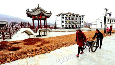 天水麦积区元龙镇井儿村的村民在修建文化活动广场(图)