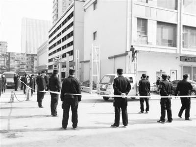 占用消防通道 兰州兰海商贸城违法建筑被拆除(图)